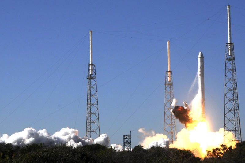 """Bendrovė """"SpaceX"""" atidėjo pirmąjį privatų skrydį į TKS"""
