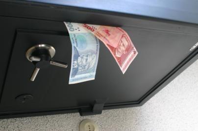 Vagys iš namo išnešė du seifus