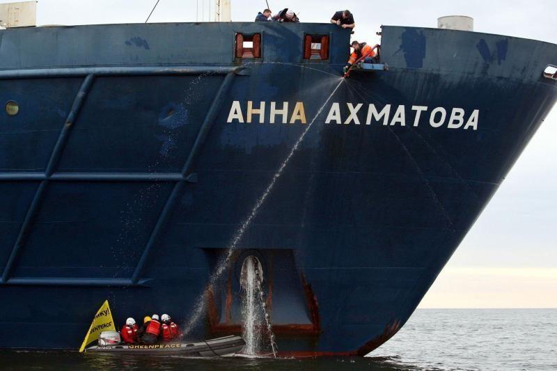 """""""Greenpeace"""" vėl surengė reidą prieš Rusijos naftos platformą Arktyje"""