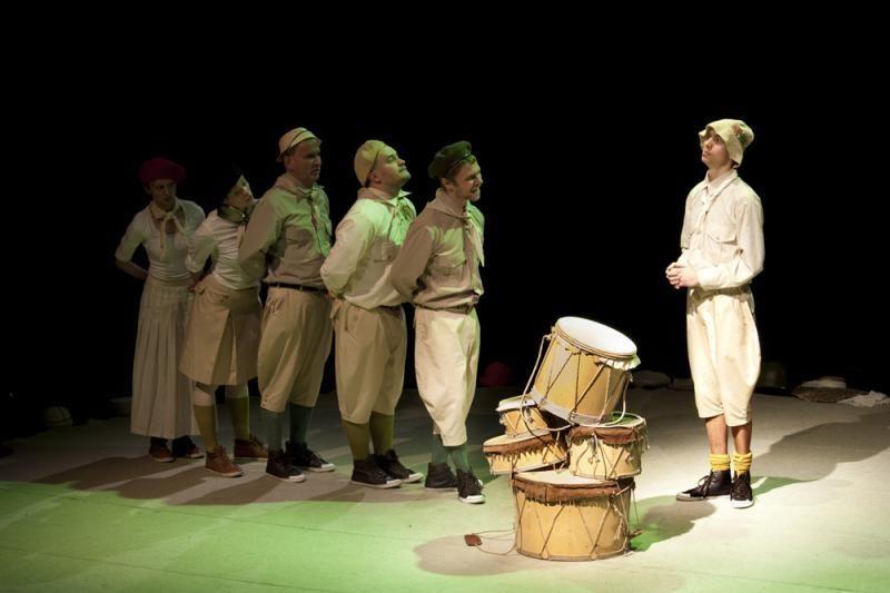Keistuolių teatras skelbia grybų karą ir taiką
