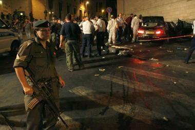 Jeruzalėje automobilis rėžėsi į minią