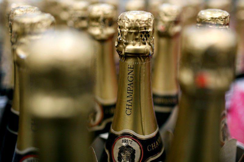 Kaunietis sugyventinei smogė šampano buteliu