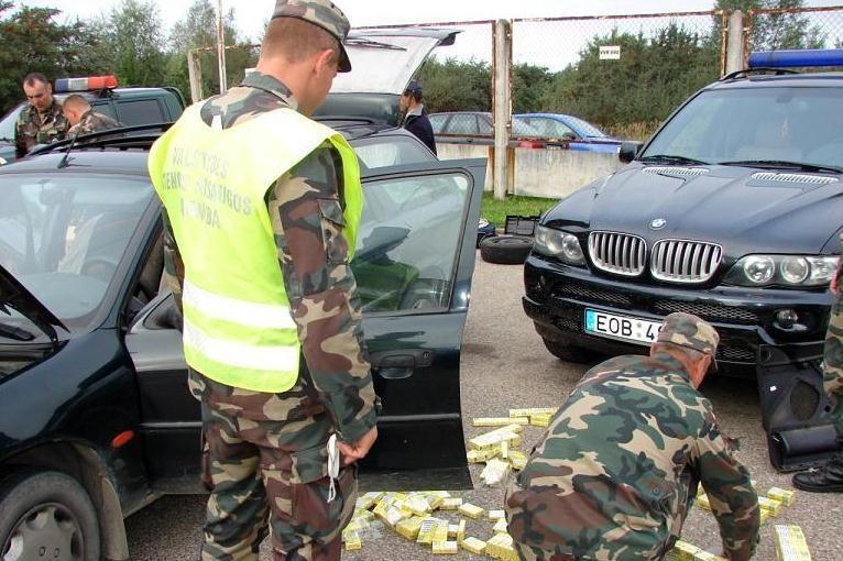 Lenkas namo vežė automobilyje išslapstytus kontrabandinius rūkalus