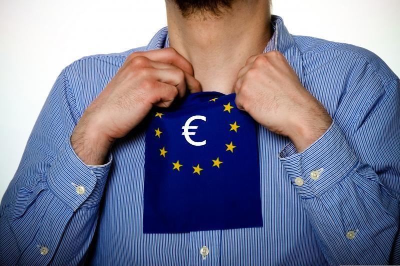 Euro zona ragina Kiprą atsisakyti mokesčio mažiausiems indėliams