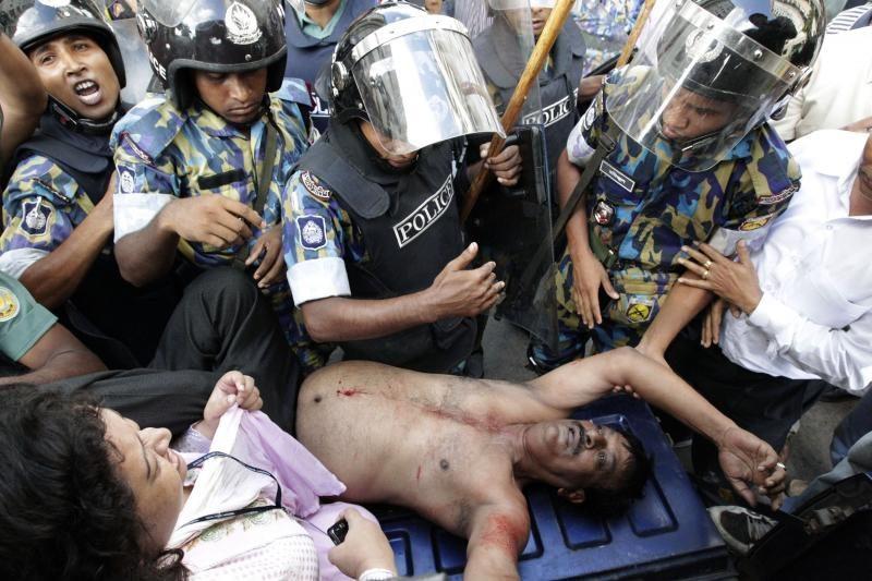 Bangladešą paralyžiavo visuotinis streikas ir riaušės