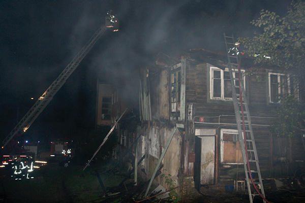Sostinės Paupio gatvėje sudegė gyvenamasis namas