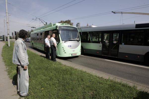 """Troleibusas """"Vytautas"""" gavo krikštą ir patyrė pirmą avariją Vilniaus gatvėse"""
