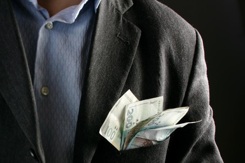 Politikų, teisėjų, valstybių tarnautojų atlyginimai nedidės