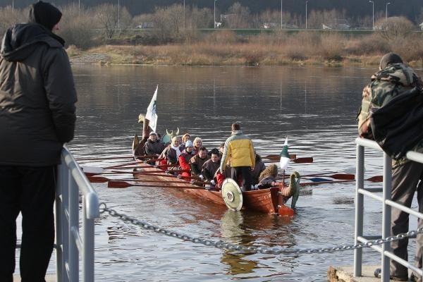 Susigrūmė vikingų laivais