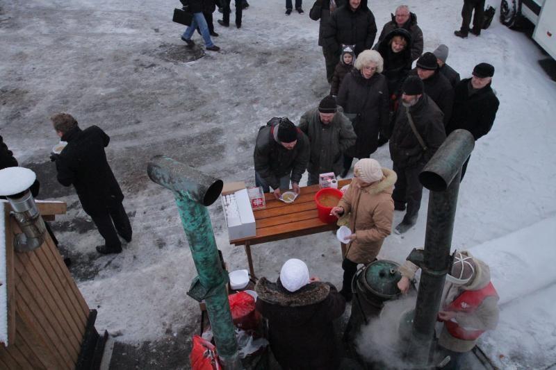 Klaipėdiečiai mėgavosi nemokama žuviene