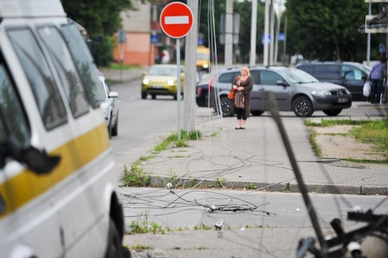 Avarija: nuverstas stulpas, važiavo dvi nėščios moterys