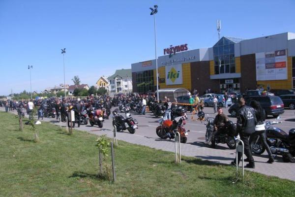 Baikeriai nuo Seimo išvyko atkartoti Baltijos kelią