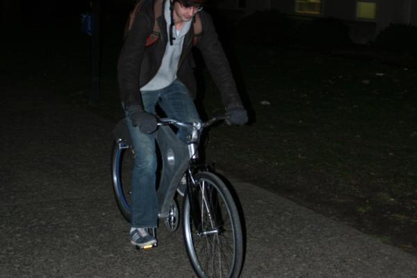 Sukurtas dviratis su stipinų neturinčiu galiniu ratu