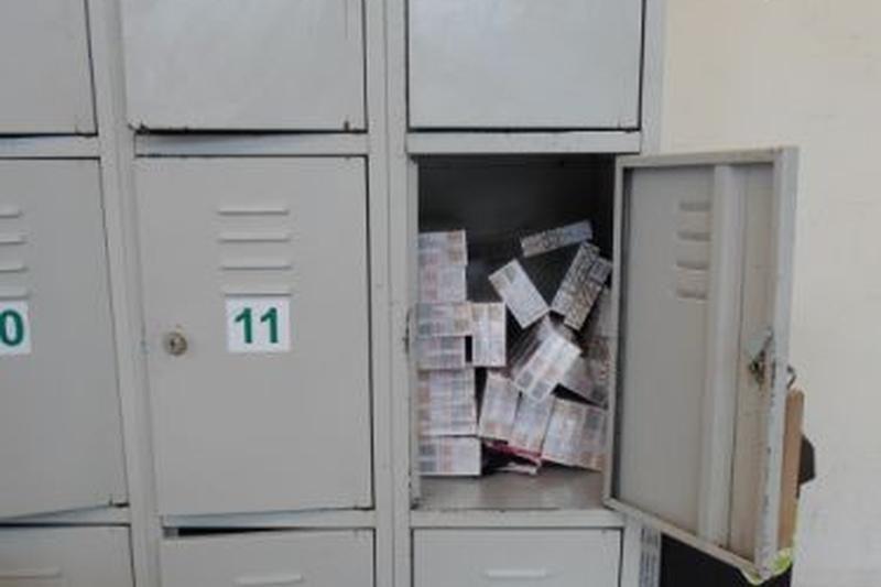 Kontrabandines cigaretes saugojo parduotuvės spintelėje