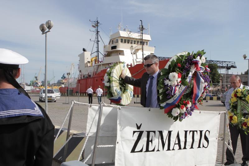 Gėlių vainikai Baltijoje – negrįžusiems iš jūros