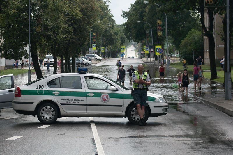 Liūtis užtvindė centrinę Švenčionių gatvę