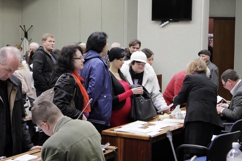 Iš anksto balsuojantys klaipėdiečiai vos telpa savivaldybės salėje