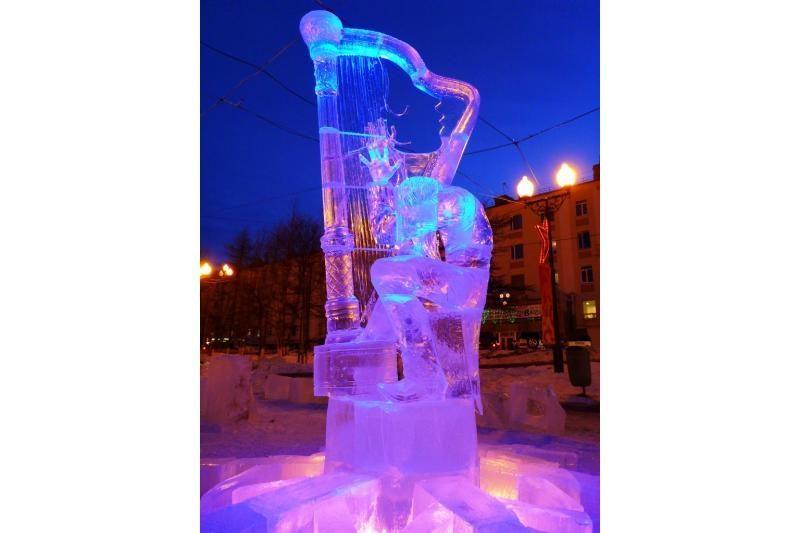 Lietuvio dailininko ledo skulptūra sublizgėjo Magadane
