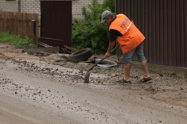 Lietus išardė asfaltą nuovažoje nuo tilto per Nerį