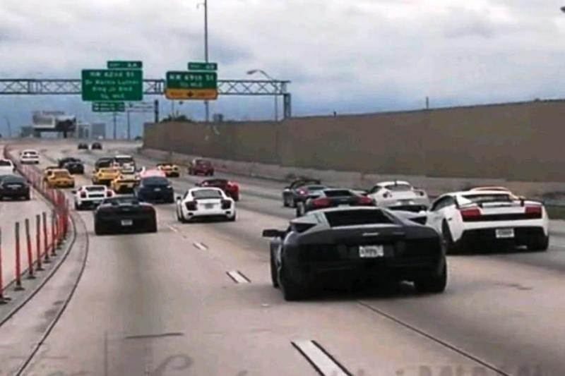 """Majamio gatvėmis riedėjo """"milijonas"""" įspūdingų """"Lamborghinių"""""""