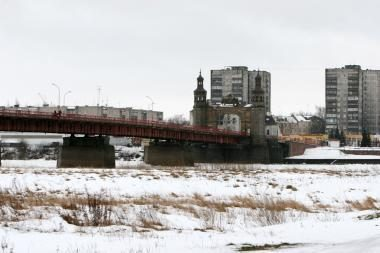 Rizikos vengę kontrabandininkai rūkalus nusviedė po tiltu