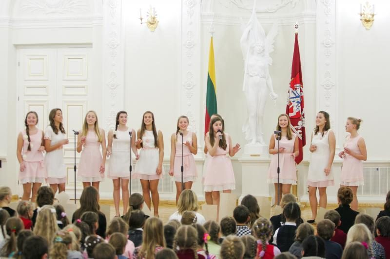 D.Grybauskaitė su vaikais Prezidentūroje įžiebė Kalėdų eglę