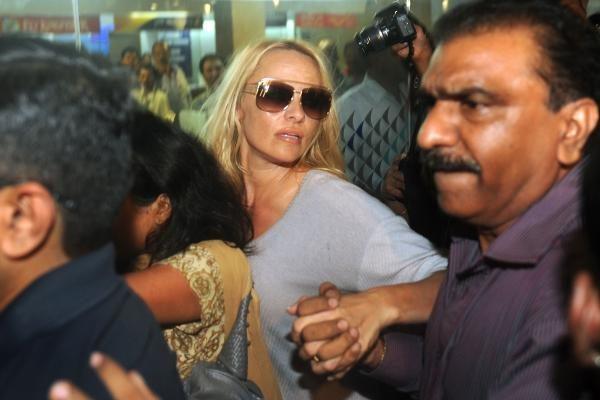 P.Anderson vis dar įdomi gerbėjams – Indijoje ją apgulė smalsuolių minia