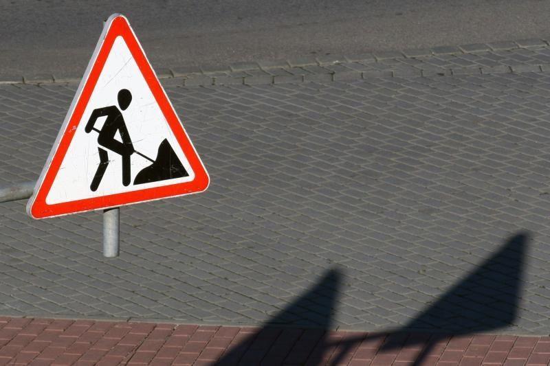 Girto vairuotojo sukeltoje avarijoje sužeistas kelių darbininkas