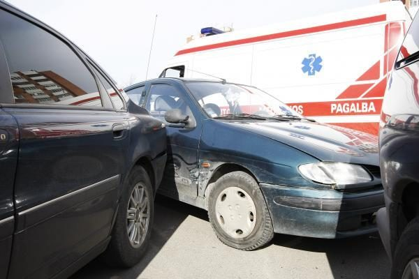 Dėl epilepsijos priepuolio sudaužytos keturios mašinos