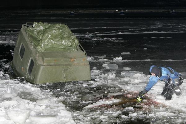 Kauno mariose skendusi amfibija ištraukta į krantą (papildyta)