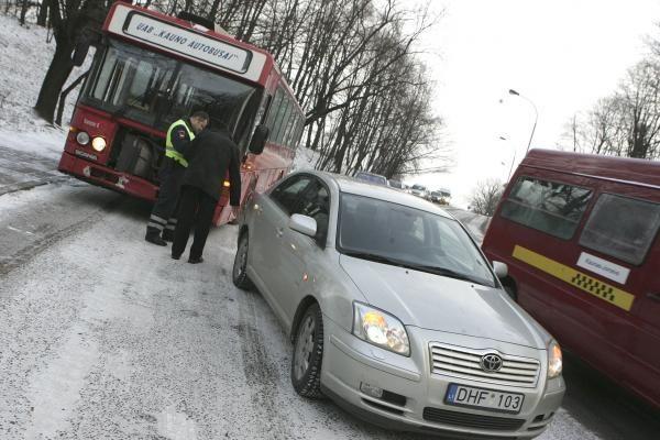 Žiema Kaune: rytą vairuotojus pasitiko snieguotos įkalnės (papildyta)
