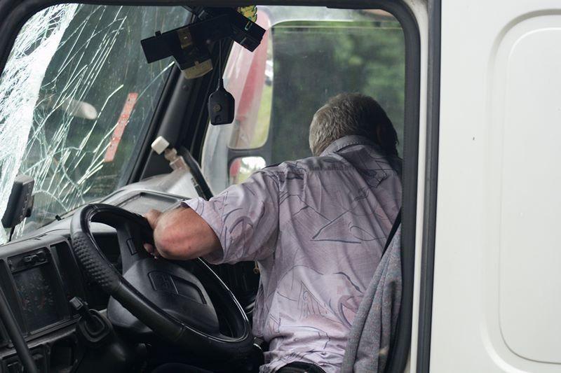 Vilniuje vilkikas daužė automobilius