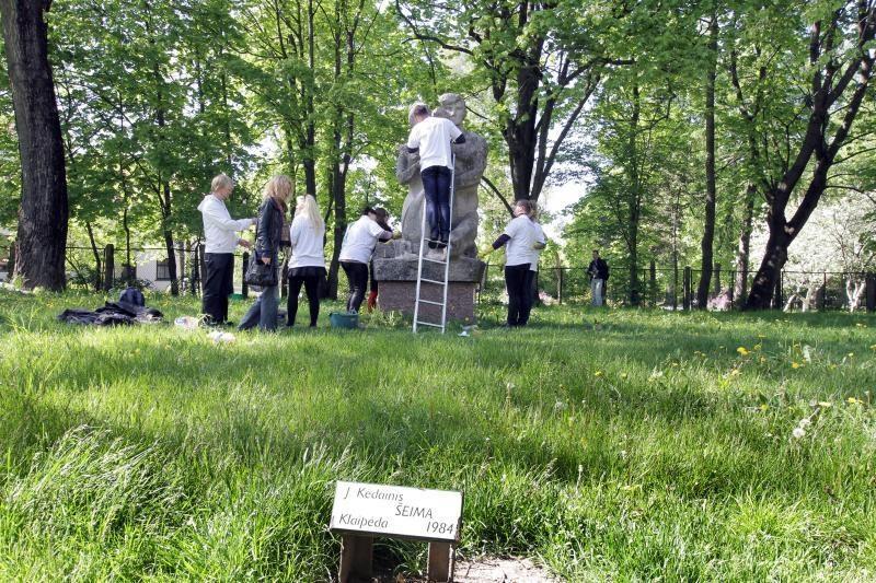 Uostamiesčio jaunimas valė parko skulptūras