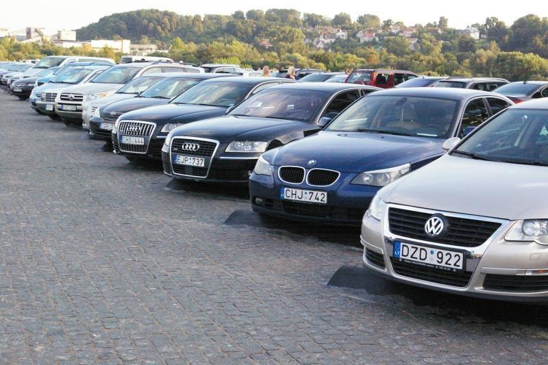 Automobilių prekeiviai laukia grįžtant rusų