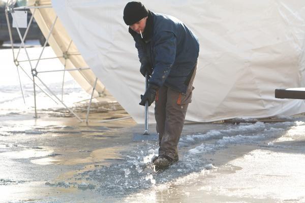 Spaudžiant šaltukui Rotušės čiuožyklos ledas tirpdomas dirbtinai