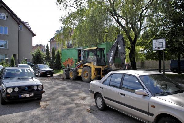 Statybininkai užėmė krepšinio aikštelę