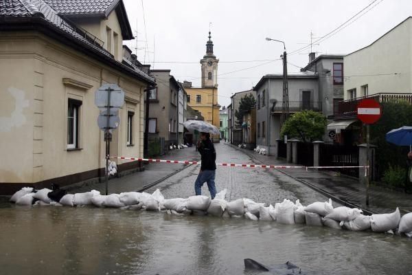 Gelbėdamiesi nuo potvynio, lenkai užlies kaimus (papildyta 15.07)