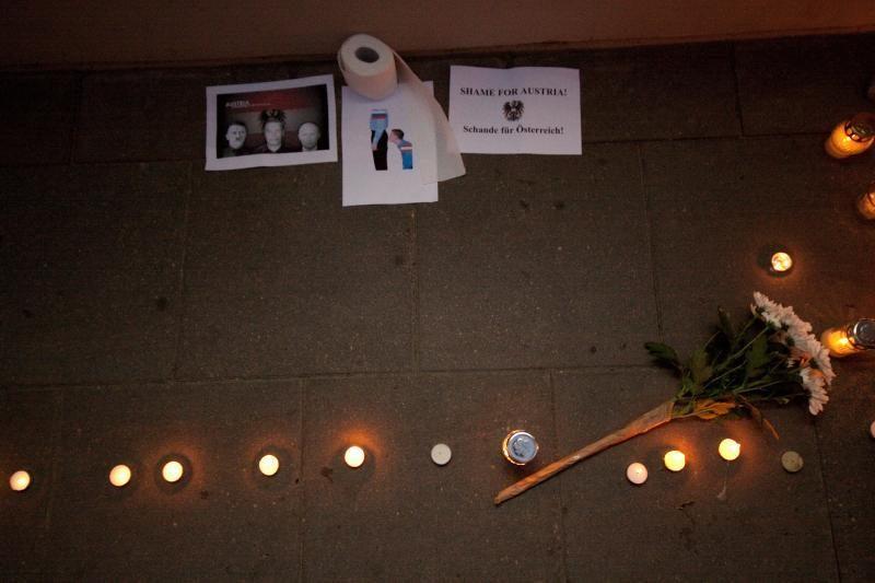 Prie Austrijos ambasados žmonės uždegė žvakutes
