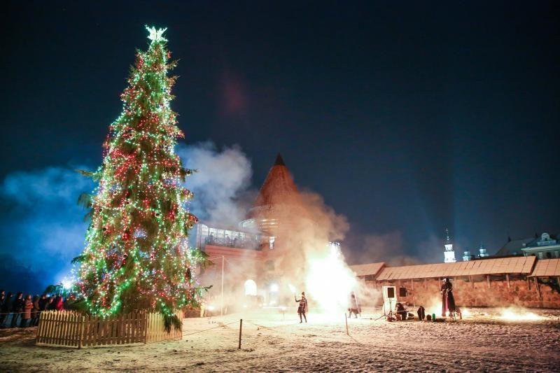 Prie Kauno pilies sužėrėjo Kalėdų eglė ir padvelkė viduramžiais
