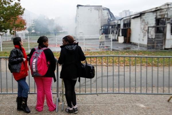 Protestuojantys Prancūzijos studentai sudegino koledžą