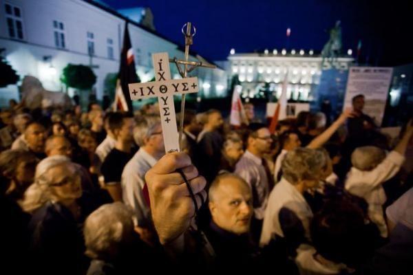 Varšuvoje protestuotojai gynė kryžių žuvusio prezidento atminimui