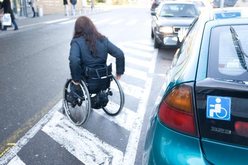 Neįgaliųjų vietas okupuoja prabangūs automobiliai