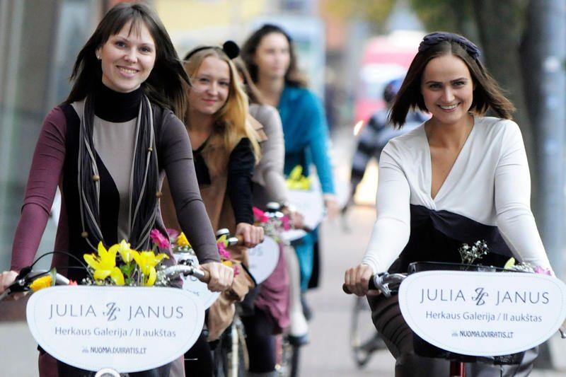 Vilniaus gatvėse – mados kolekcijos pristatymas ant dviračių