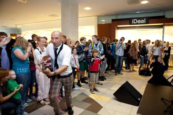 """Naują """"iDeal"""" parduotuvę atidarė 150 metrų ilgio žmonių eilė"""