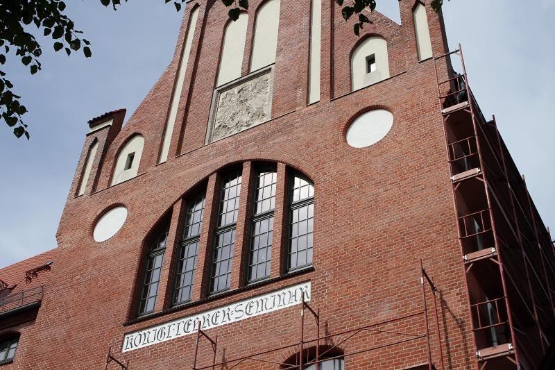 KU Pedagogikos fakulteto mūrą papuošė restauratorių radiniai