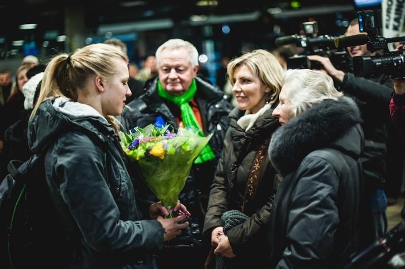 Į namus grįžusi pasaulio čempionė R.Meilutytė puolė į močiutės glėbį