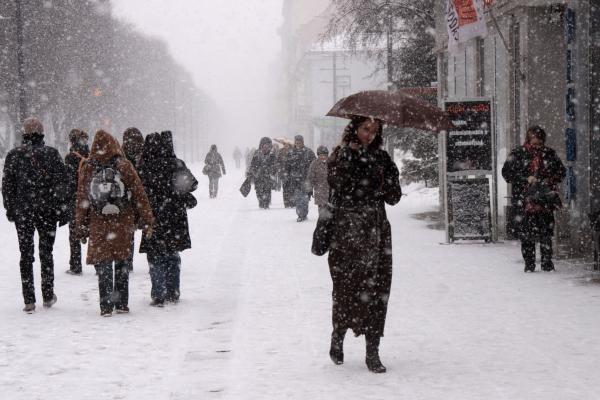 Kaune gatvės pradėtos barstyti tik po avarijų gausos (papildyta)
