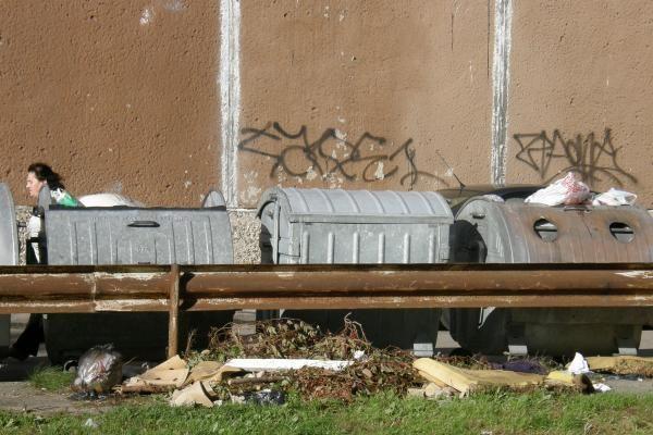 Komunalinės atliekos kaupiamos už konteinerių
