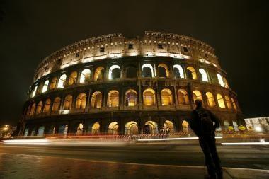 Turistai po 25 metų grąžino Romos koliziejaus gabaliuką