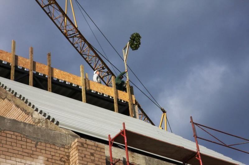 Atstatyti Klaipėdos dramos teatro mūrai pradedami dengti stogu